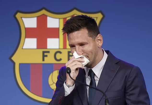 Messi khóc trong cuộc họp báo chia tay Barca. Ảnh: EPA.