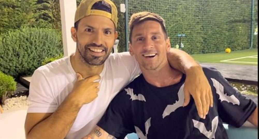 Aguero chụp chung cùng Messi trong bữa tiệc chia tay. Ảnh: Insta