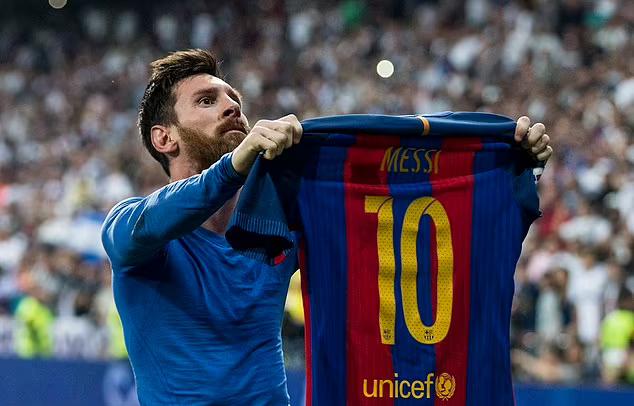 Messi đã giành 35 danh hiệu trong 17 năm thi đấu cho Barca. Ảnh: PA.