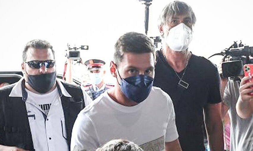 Messi xuất hiện ở sân bay El Prat, Barcelona, chiều 10/8. Ảnh: La Sexta