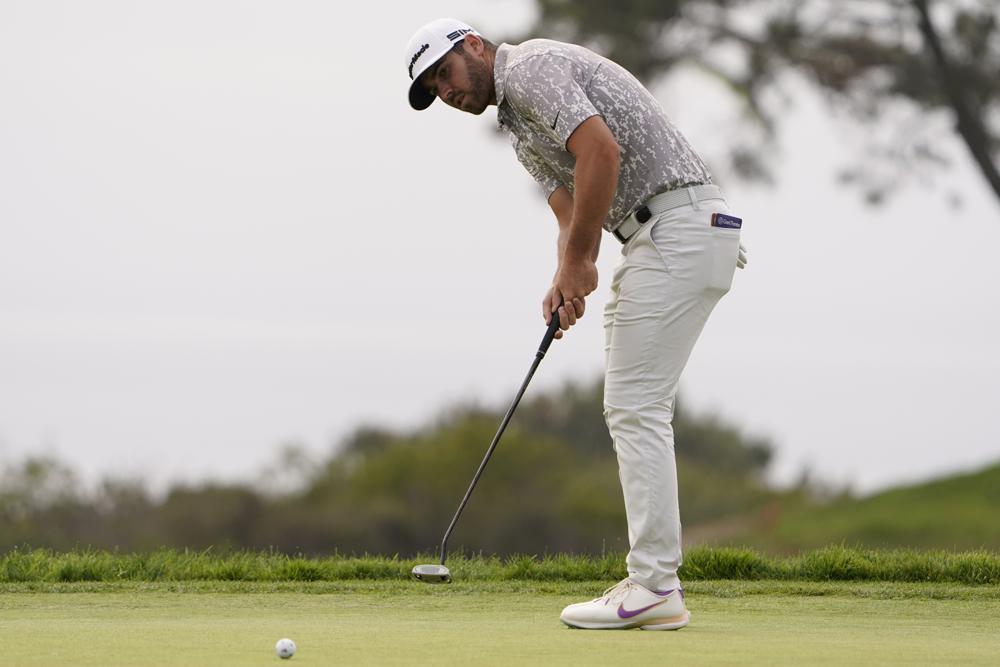 Matthew Wolff gạt bóng trên green hố 14 vòng 2 US Open hôm 18/6/2021 ở sân Torrey Pines, San Diego. Ảnh: AP