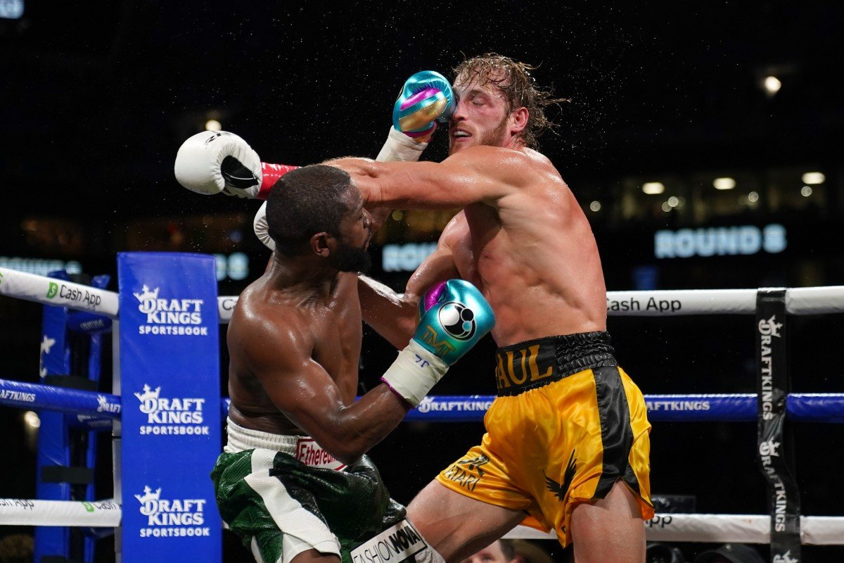 Mayweather in a dodge and counterattack hit Logan Paul in the face on June 6.  Photo: USA Today