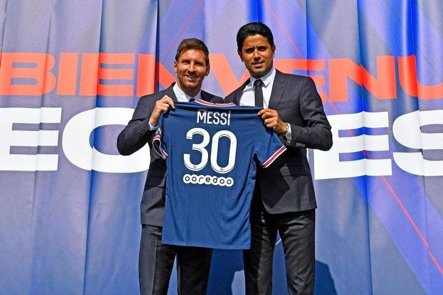 Chủ tịch Al-Khelaifi (phải) không giấu sự hân hoan khi chiêu mộ Messi. Ảnh: Reuters