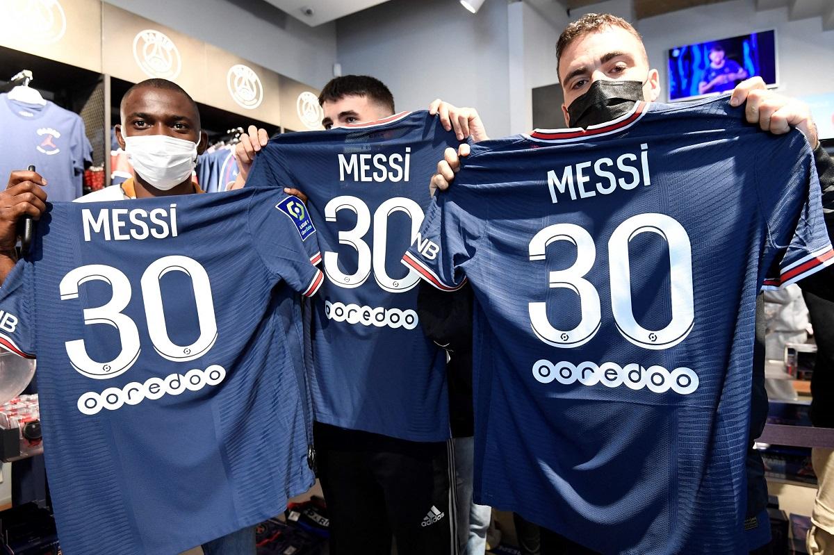 Những CĐV PSG may mắn mua được áo Messi hôm 11/8. Ảnh: Sun