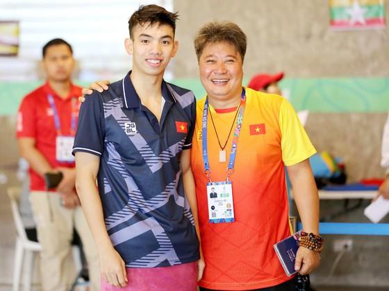 Ông Hoàng Quốc Huy (phải) và kình ngư Nguyễn Huy Hoàng. Ảnh: SGGP