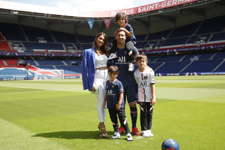 เมสซี่ ภรรยา และลูกชาย 3 คน ถ่ายรูปที่ระลึกที่สนามกีฬา Parc des Princes เมื่อวันที่ 10 สิงหาคม  รูปถ่าย: PSG.fr