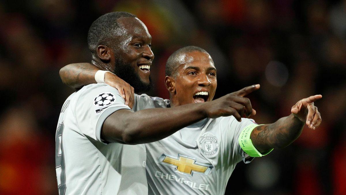 Lukaku chia vui với Young sau một lần ghi bàn cho Man Utd ở Champions League. Trong 96 trận khoác áo Man Utd, Lukaku chỉ ghi cho 42 bàn trên mọi mặt trận. Ảnh: Reuters
