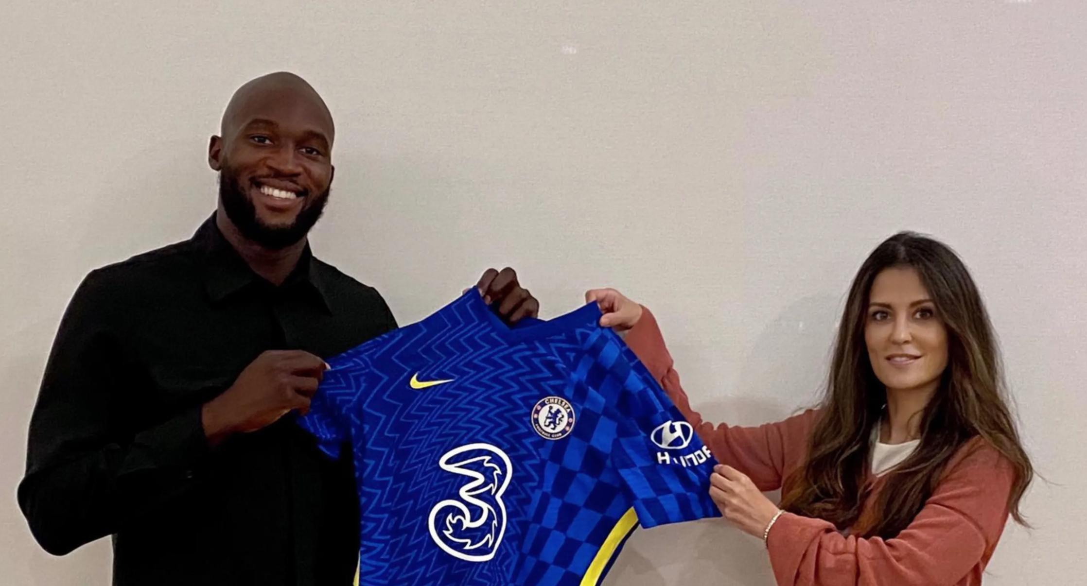 Lukaku được Giám đốc Chelsea Marina Granovskaia giới thiệu hôm 12/8. Ảnh: Chelsea FC