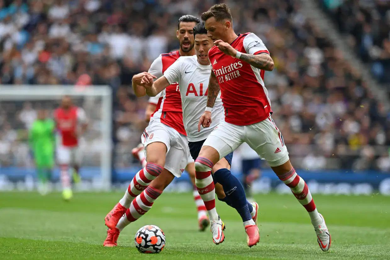 Ben White phòng ngự trước Son Heung-min ở trận giao hữu Arsenal thua Tottenham 0-1 hôm 8/8. Ảnh: AFP
