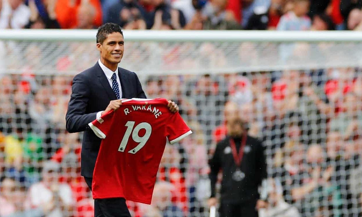 Varane đi chào khán giả Old Trafford trước trận Man Utd tiếp Leeds tối 14/8. Ảnh: Reuters
