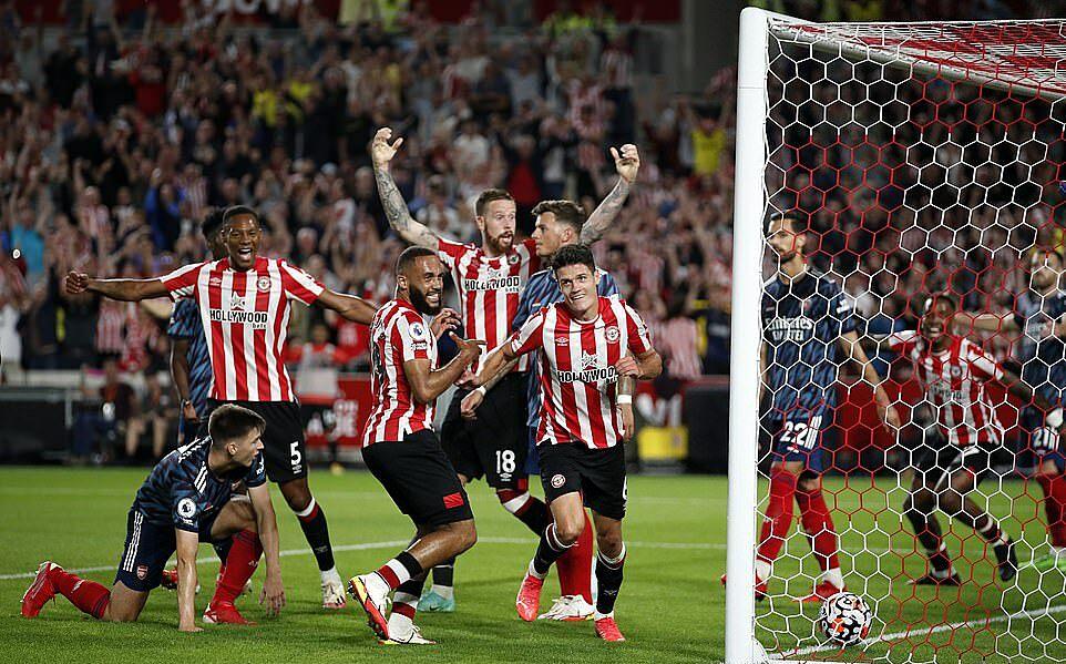 Cầu thủ Brentford mừng bàn ấn định chiến thắng 2-0. Ảnh: Reuters