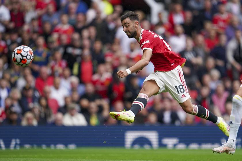 Bruno Fernandes trong tình huống ghi bàn thứ ba của cá nhân anh, nâng tỷ số lên 4-1 cho Man Utd trước Leeds hôm 14/8. Ảnh: AP