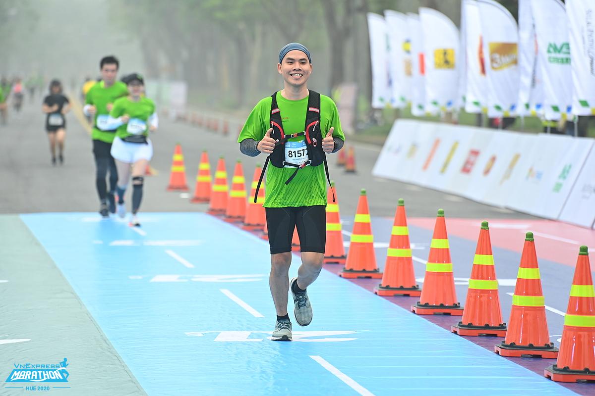 Một runner về đích đường chạy VM Huế 2020. Ảnh: VnExpress Marathon.