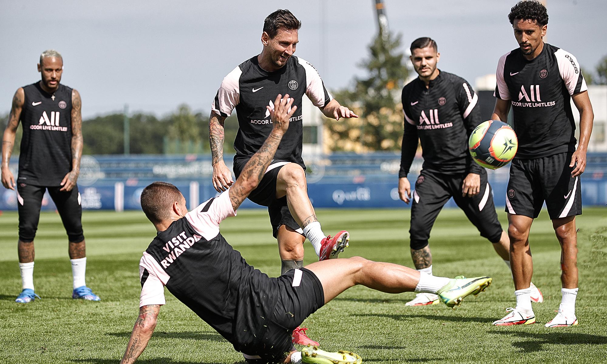 เมสซี่เล่นเกมผีกับเพื่อนร่วมทีมของเขาที่สนามฝึกซ้อม Camps des Loges ของ PSG เมื่อวันที่ 13 สิงหาคม  รูปถ่าย: PSG.fr