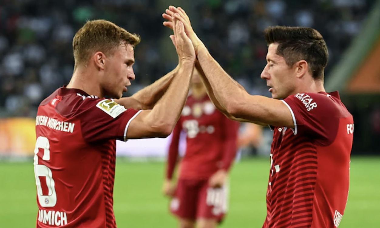 Kimmich (trái) và Lewandowski chia vui sau khi phối hợp dẫn tới bàn gỡ hoà 1-1. Ảnh: dpa
