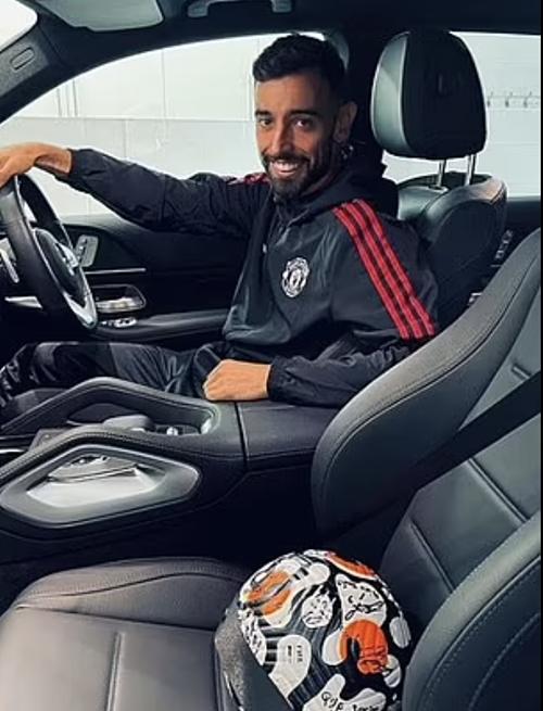 Fernandes chở trái bóng của trận thắng Leeds về nhà. Ảnh: Instagram.
