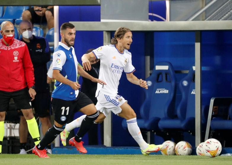 Modric (áo trắng) tiếp tục dẫn dắt hàng tiền vệ Real. Ảnh: EFE.