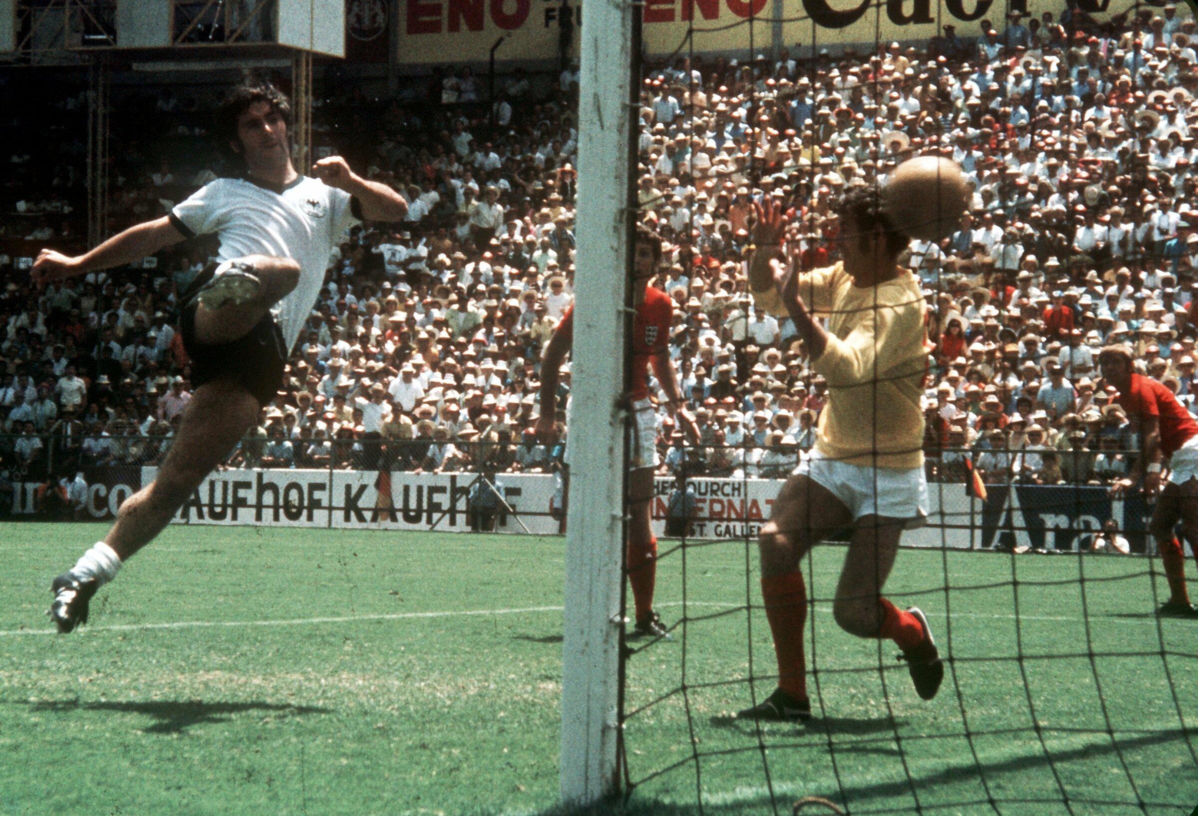 Muller trong một bàn thắng vào lưới tuyển Anh thời đỉnh cao. Ở tuyển Đức, ông đoạt hai danh hiệu là Euro 1972 và World Cup 1974. Ảnh: AP