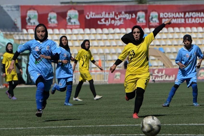 Các cầu thủ nữ tham dự một trận bóng đá tại Afghanistan. Ảnh: Outlook.
