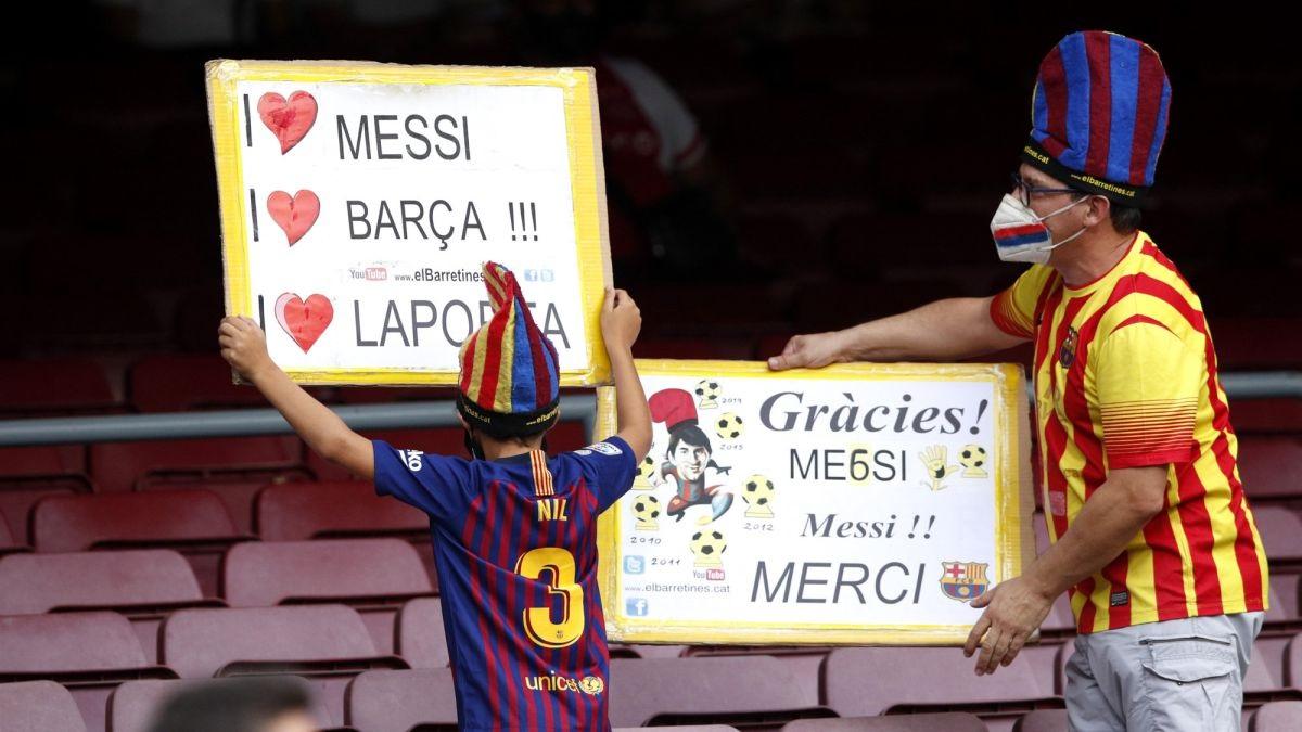 CĐV Barca tri ân Messi trên khán đài sân Nou Camp. Ảnh: AS.