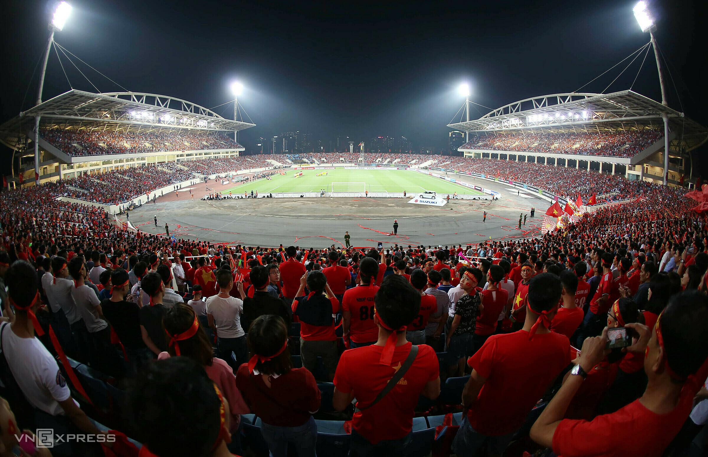 Sân Mỹ Đình chật kín khán giả khi Việt Nam tiếp Malaysia ở vòng bảng AFF Cup 2018. Ảnh: Đức Đồng.