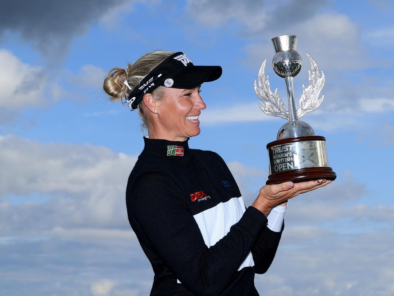 Ryann O'Toole nâng cúp Womens Scottish Open hôm 15/8. Ảnh: Golf Digest