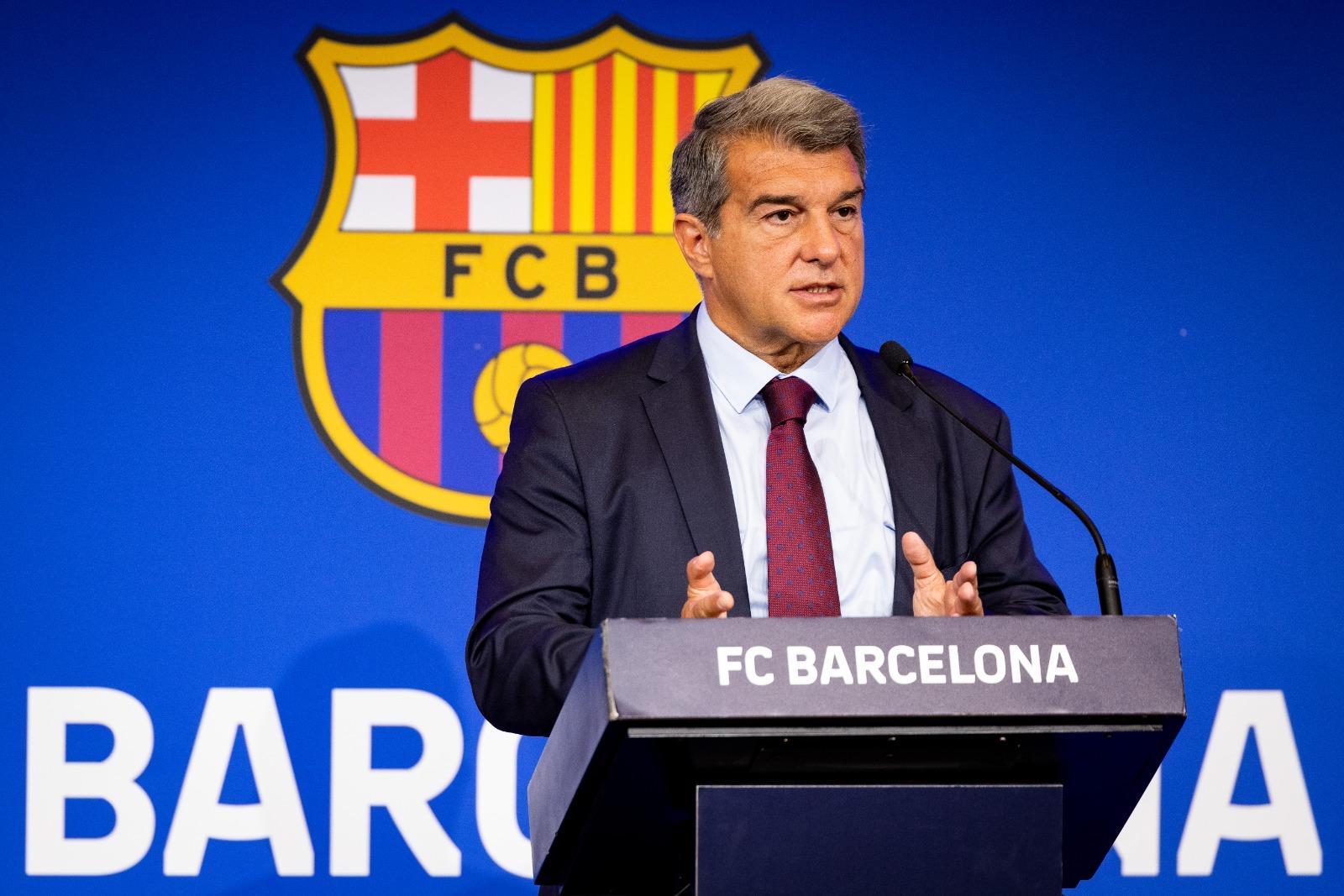 """ประธานาธิบดีลาปอร์ตาแบ่งปันกับสื่อสเปนที่คัมป์นูในตอนเย็นของวันที่ 16 สิงหาคม  ภาพถ่าย: """"Football Espana"""""""
