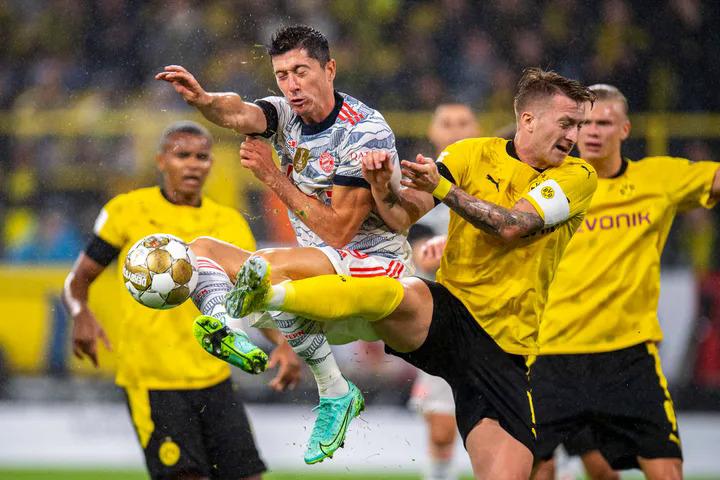 """ข้อพิพาทระหว่าง Lewandowski (เสื้อเชิ้ตสีขาว) และ Marco Reus ในการแข่งขัน German Super Cup  ภาพถ่าย: """"imago ."""""""