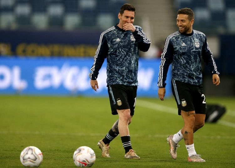 Messi (trái) và Papu Gomez trong một buổi tập của Argentina. Ảnh: imago