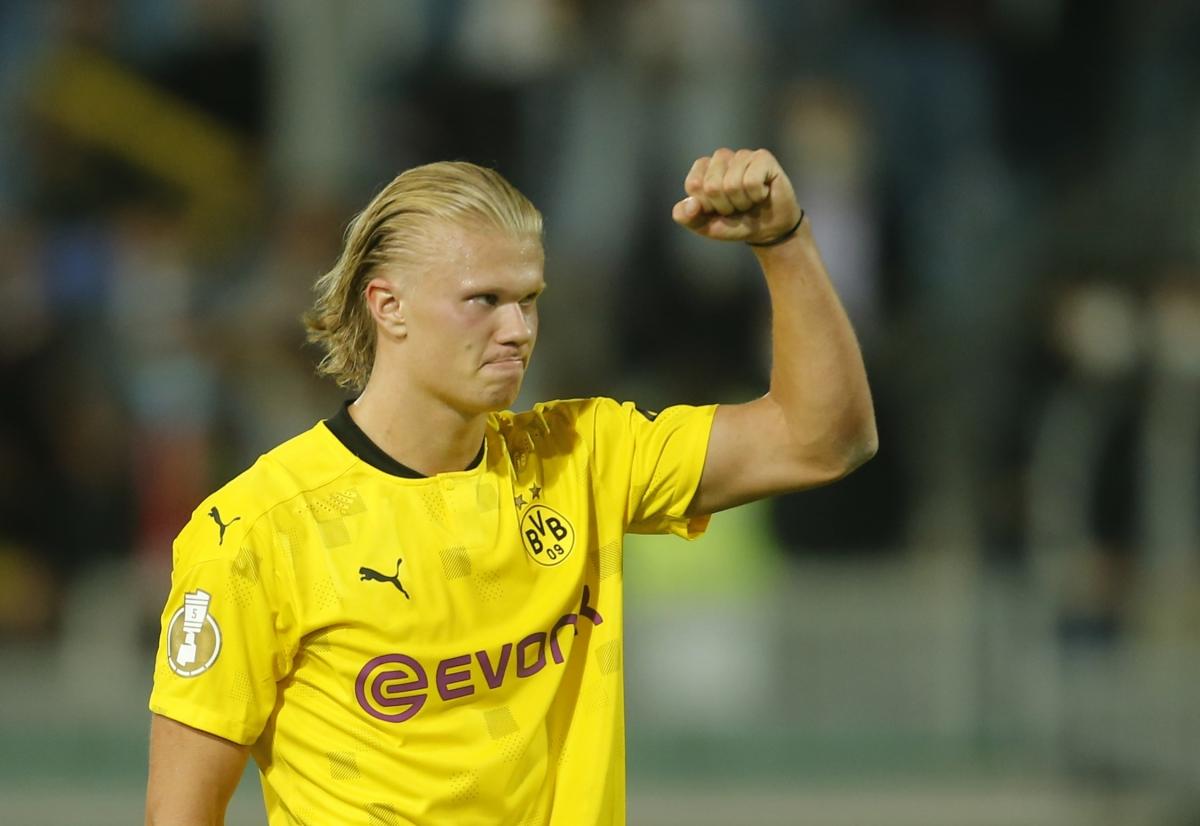 ฮาลันด์เพิ่งทำแฮตทริกได้ในชัยชนะเหนือวีสบาเดิน 3-0 ในรอบแรกของฟุตบอลเยอรมัน คัพ 2021-2022  ภาพ: สำนักข่าวรอยเตอร์