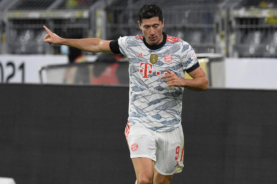 Lewandowski tiếp tục là ác mộng của Dortmund, với cú đúp trên sân Signal Iduna Park tối 17/8. Ảnh: dpa
