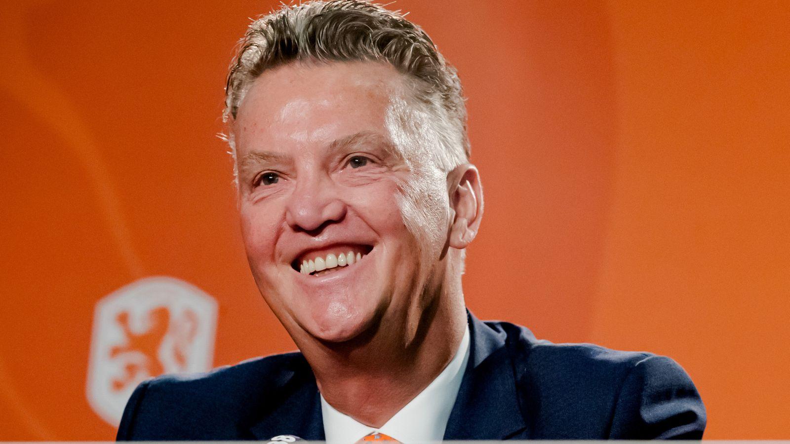 Van Gaal trong lễ ra mắt lần thứ ba trên cương vị HLV tuyển Hà Lan hôm 17/7. Ảnh: Sky Sports