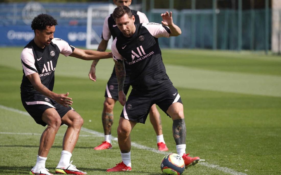 """เมสซี่เลี้ยงบอลต่อหน้า Marquinhos ที่สนามฝึกซ้อม PSG  ภาพถ่าย: """"TyC Sport"""""""