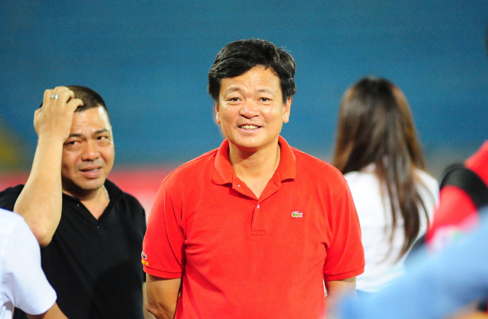 Mr. Van Tran Hoan (เสื้อแดง) ขอมอบถ้วยแชมป์ให้กับ HAGL ทีมที่นำ V-League 2021 ภาพ : Cong Cong