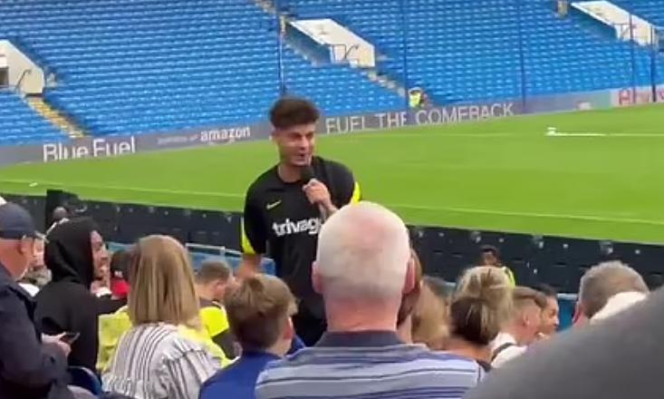 CĐV Chelsea dùng mic để chỉ trích Werner, nhưng bị phản ứng dữ dội. Ảnh: chụp màn hình