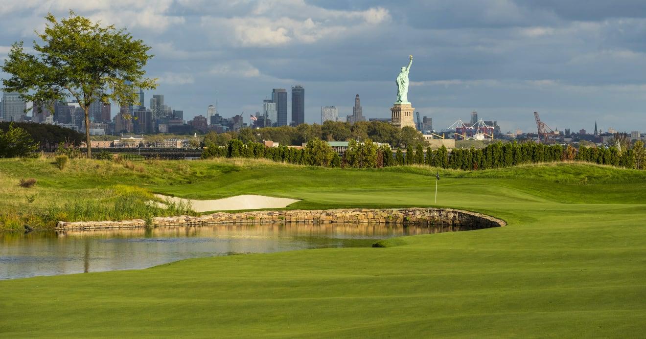 Golfer đánh ở hố 13 có tầm nhìn rất rõ về hướng tượng Nữ thần Tự do. Ảnh: Northern Trust