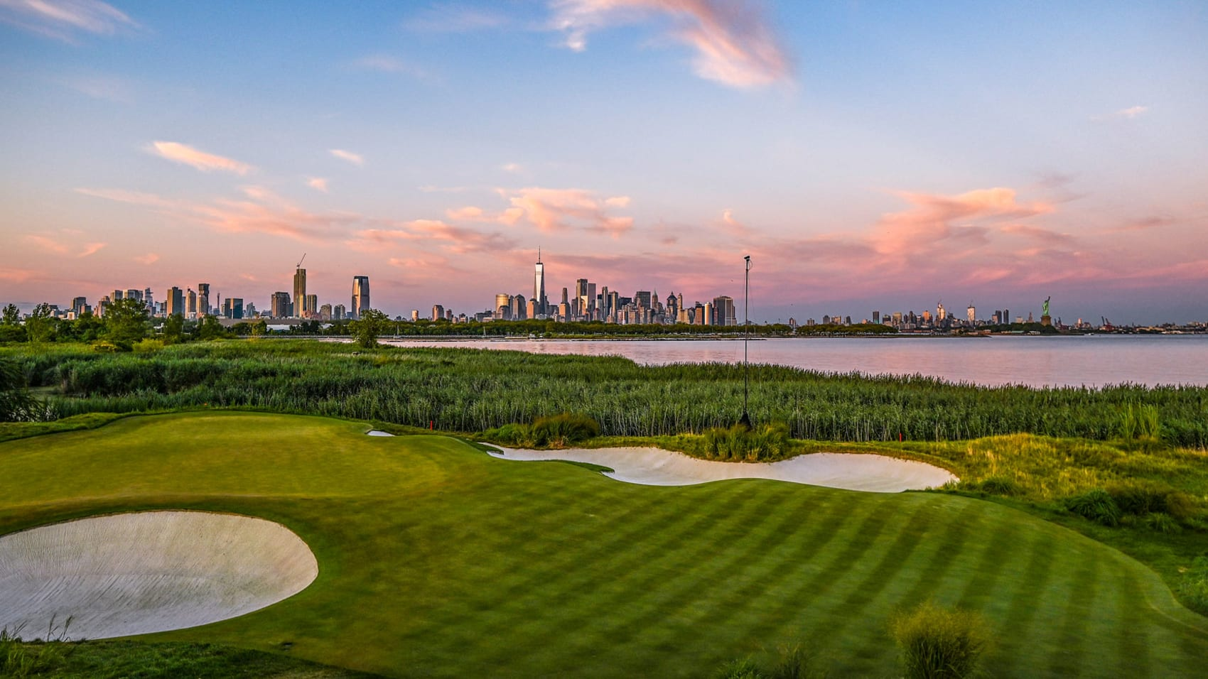 Sân Liberty National có tầm nhìn ra phía khu vực trung tâm New York. Ảnh: PGA Tour