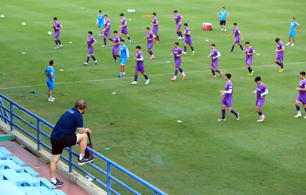 HLV Park Hang-seo quan sát các tuyển thủ Việt Nam trong buổi tập hôm 12/8. Ảnh: VFF
