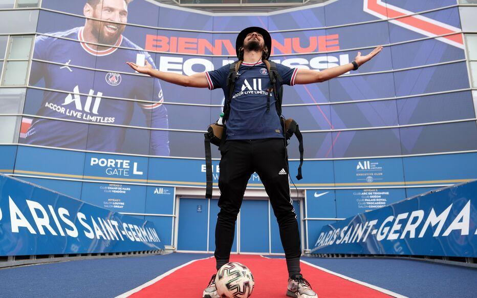Sama นำลูกบอลมากกว่า 500 กม. ไปยังปารีสเพื่อเฉลิมฉลองการลงนามของ PSG กับ Messi  ภาพ: ลพ.
