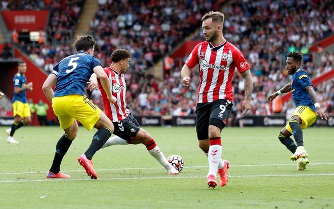 Adams sút xa mở tỷ số cho Southampton. Ảnh: Reuters