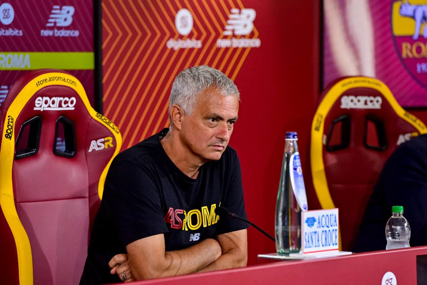 Mourinho tỏ ra thân thiện với truyền thông Italy khi trở lại dẫn dắt Roma từ đầu hè này. Ảnh: asroma.com