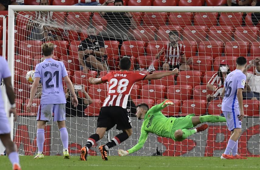 Hàng thủ Barca và thủ môn Neto bị đánh bại trong pha đánh đầu ghi bàn của Inigo Martinez. Ảnh: AP