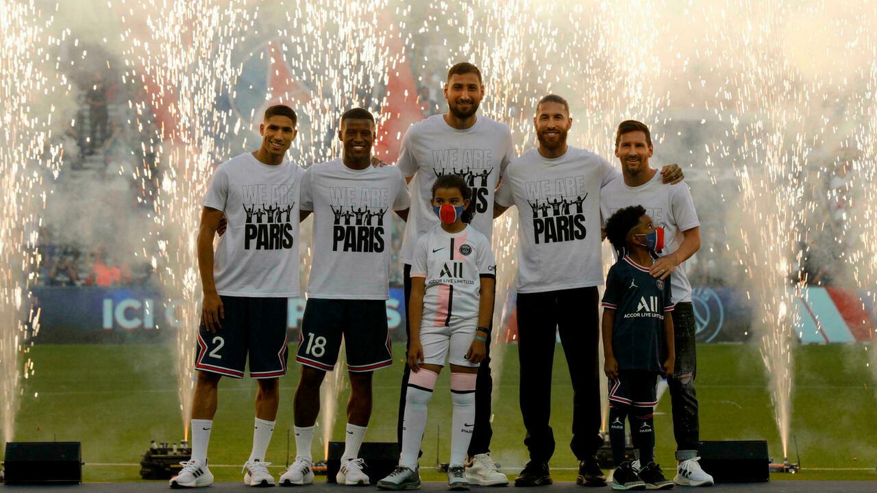 Dàn tân binh hàng hiệu, gồm Hakimi, Wijnaldum, Donnarumma, Ramos và Messi được PSG ra mắt khán giải tại Parc des Princes hôm 14/8. Ảnh: AFP