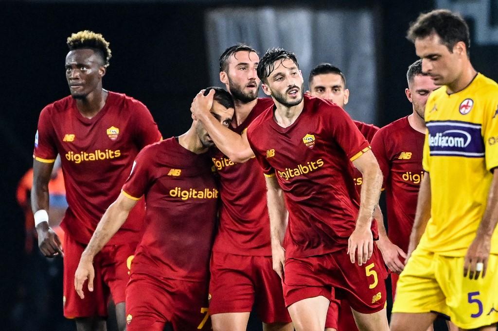Mkhitaryan và các đồng đội mừng bàn mở tỷ số. Ảnh: AFP