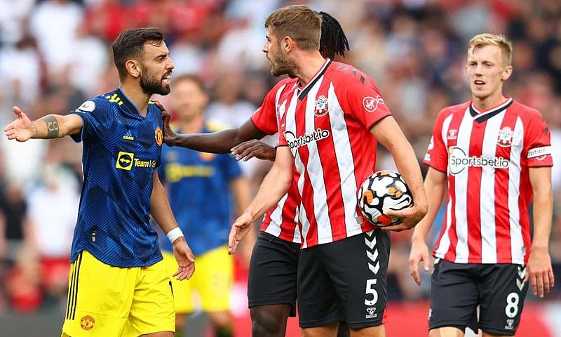Bruno Fernandes to tiếng với Stephens sau tình huống mà anh cho là bị cầu thủ số 5 của Southampton phạm lỗi. Ảnh: AFP