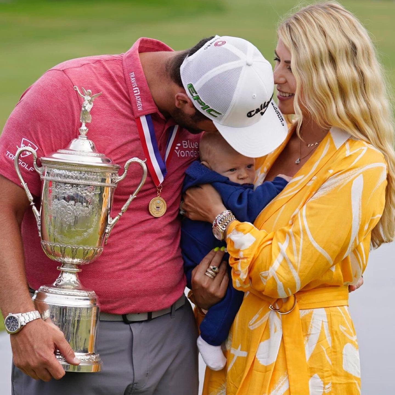 Jon Rahm mừng vô địch major US Open bên vợ và con nhỏ hôm 20/6. Anh muốn tranh thủ ngày nghỉ hôm 22/8 để phụ vợ chăm em bé mới bốn tháng tuổi này. Ảnh: Twitter / John Rahm