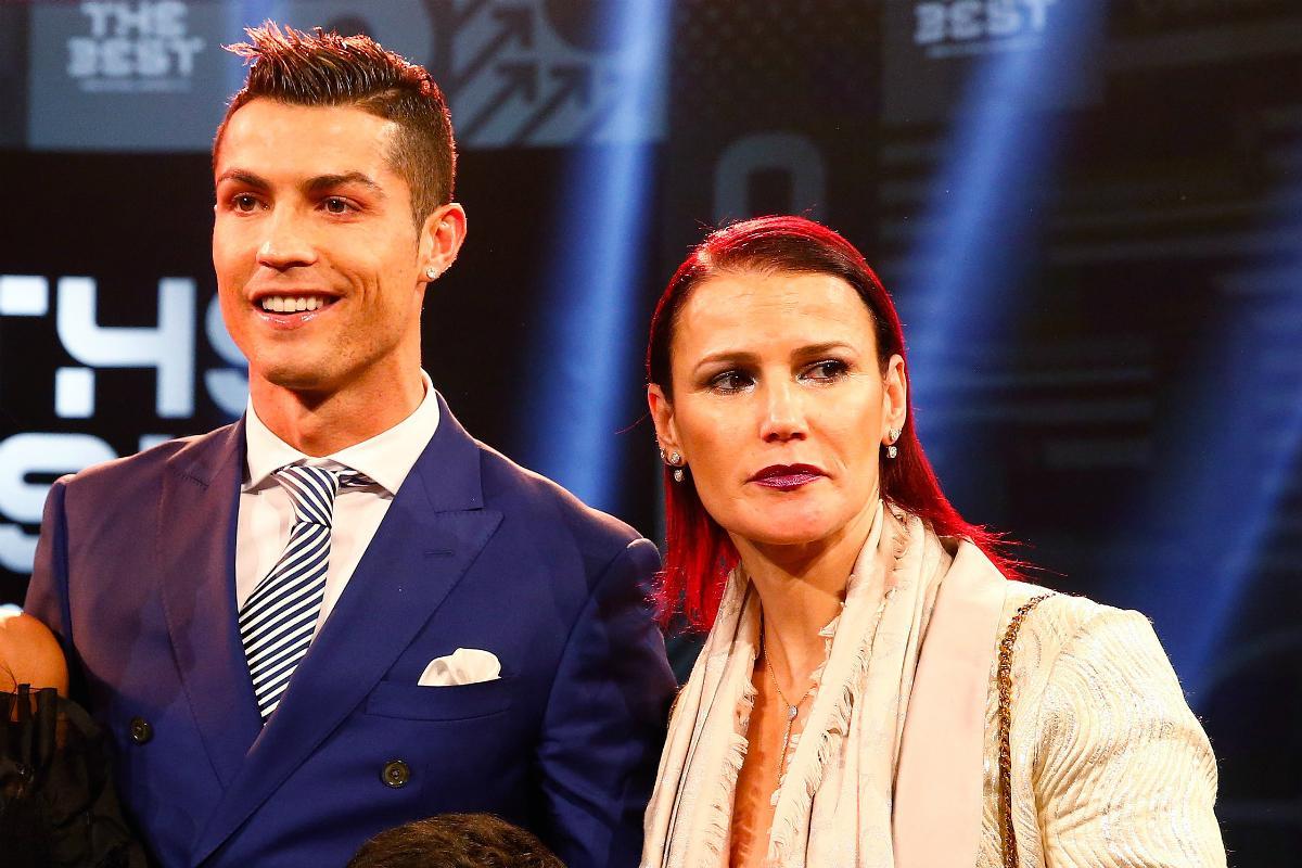 Elma Aveiro กับพี่ชายของเธอที่งาน FIFA The Best 2017 ภาพ: AFP