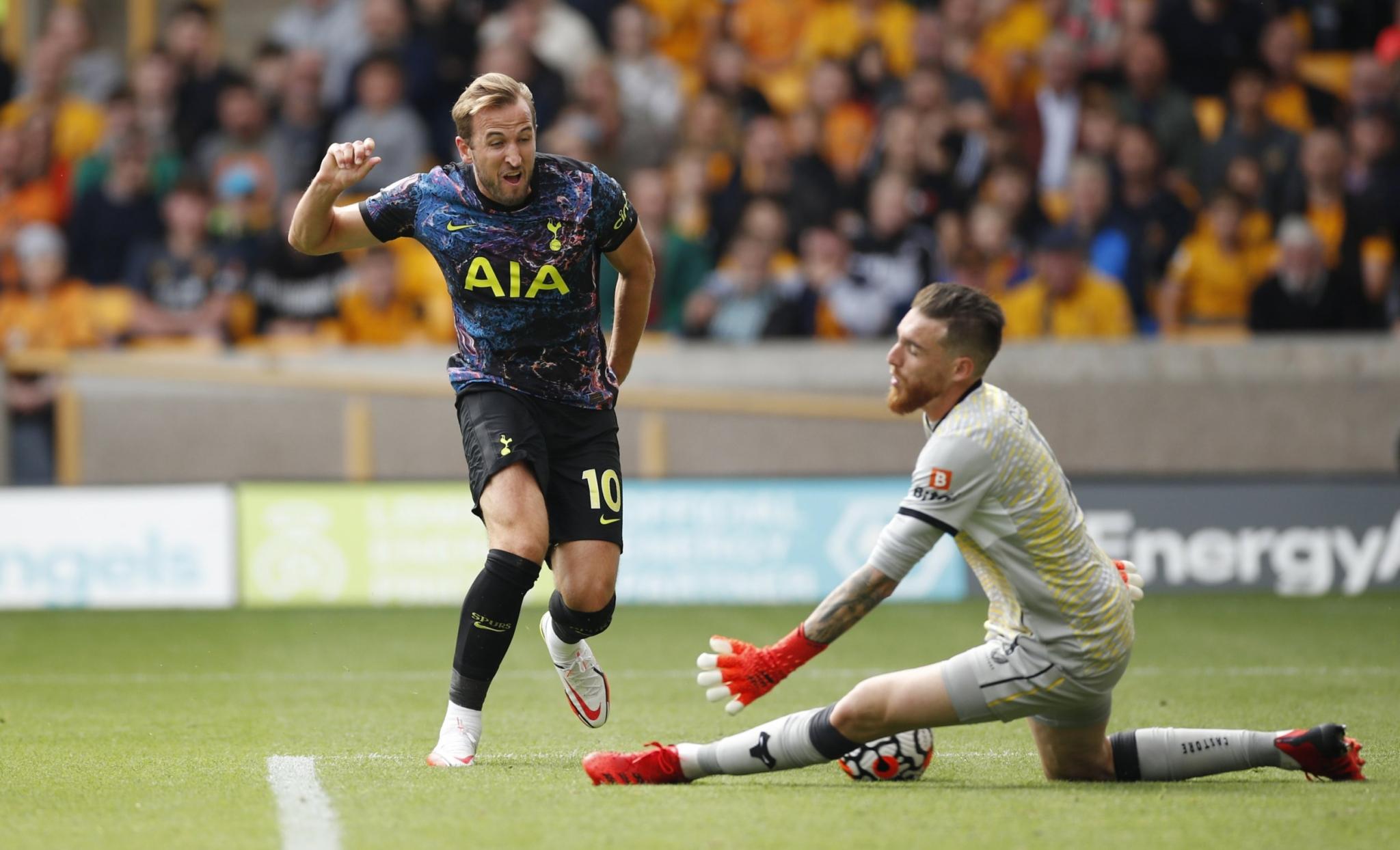 Kane suýt ghi bàn với tình huống đối mặt và bị thủ môn Jose Sa ngăn cản ở phút 82. Ảnh: Reuters