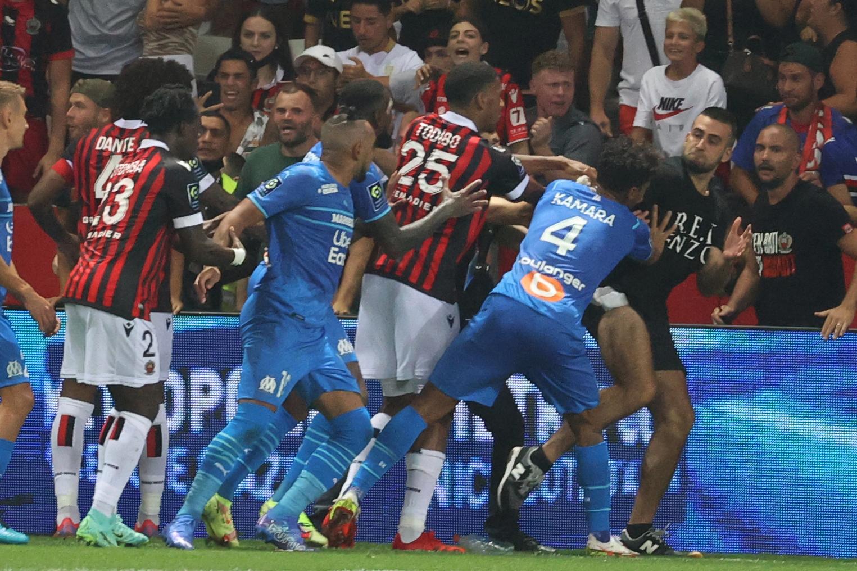 CĐV Nice đòi ăn thua đủ với các cầu thủ Marseille. Ảnh: RMC