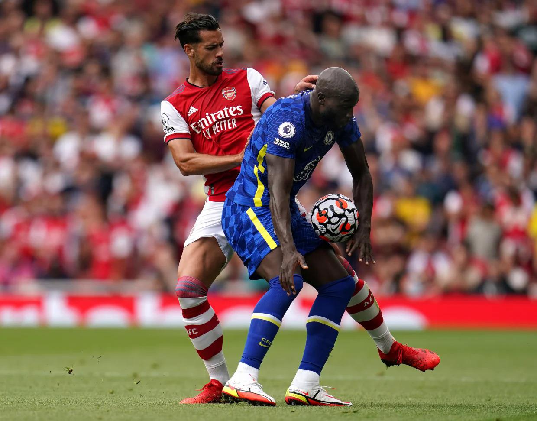 Lukaku che bóng rất khéo léo trong tình huống bị Pablo Mari áp sát ở trận Chelsea hạ chủ nhà Arsenal 2-0 trên sân Emirates hôm 22/8. Ảnh: PA